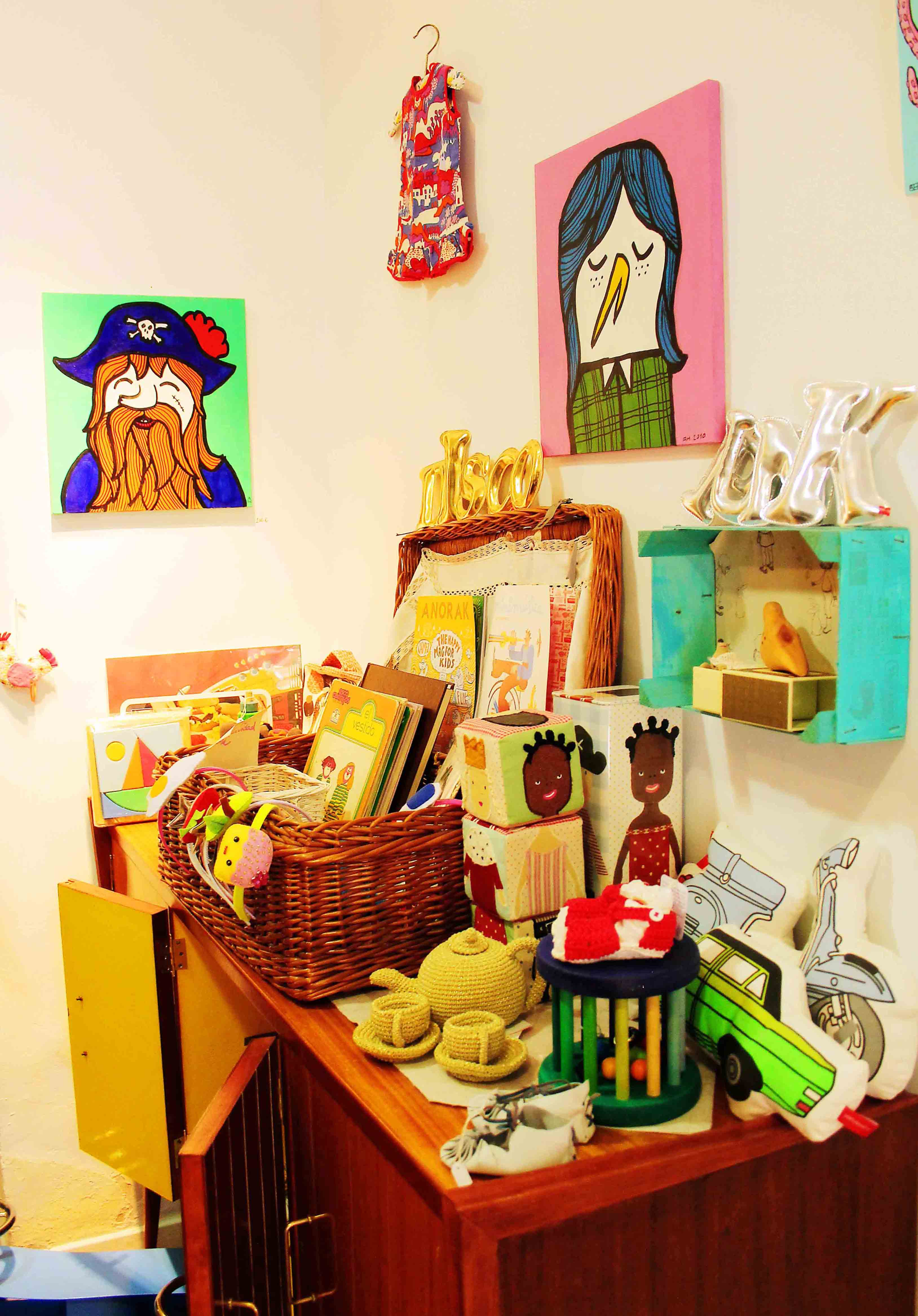 De caja de frutas a estanter a diy con botas de agua for Crear decoraciones para casa